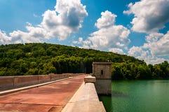 Mooie wolken over het Reservoir en de Dam van Prettyboy, in Baltimore royalty-vrije stock afbeelding