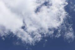 Mooie wolken tegen de achtergrond van de donkere hemel Royalty-vrije Stock Afbeeldingen