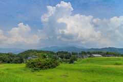 Mooie wolkenvorming rond Kikuchi-Kasteel Stock Afbeeldingen