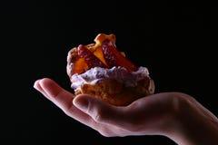 Mooie womanshand met vruchtencake Stock Fotografie
