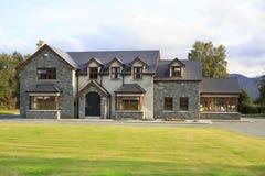 Mooie woonbuitenhuizen in Ierland Stock Fotografie