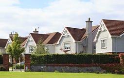 Mooie woonbuitenhuizen in Ierland stock foto's