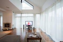 Mooie woonkamer met open haard Stock Foto's