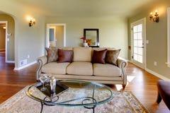 Mooie woonkamer met sprookjeopen haard. Royalty-vrije Stock Afbeeldingen