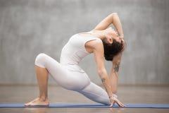 Mooie Yoga: anjaneyasana stelt royalty-vrije stock foto's