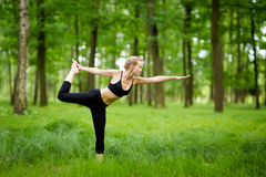 Mooie yogazitting in hout Stock Fotografie