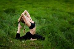 Mooie yogazitting in hout Stock Afbeeldingen