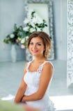 Mooie, zachte bruid in witte huwelijkskleding in luxeruimte Royalty-vrije Stock Afbeelding