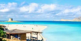 Mooie zandige stranden van Middellandse-Zeegebied, La Pelosa, Stintino, Sardinige, Italië stock afbeeldingen