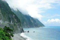 Mooie zeekust, blauwe hemel en klip stock foto's