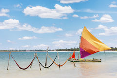 Mooie zeilboot en bewolkte hemel royalty-vrije stock foto