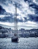 Mooie zeilboot op het overzees in onweer Stock Afbeelding