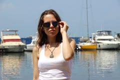 Mooie zekere vrouw in zonnebril Stock Afbeelding