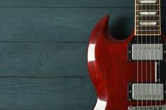 Mooie zes - koord elektrische gitaar op houten achtergrond royalty-vrije stock afbeeldingen
