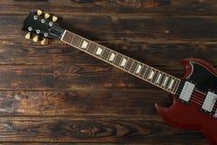 Mooie zes - koord elektrische gitaar op houten achtergrond stock foto's