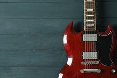 Mooie zes - koord elektrische gitaar op houten achtergrond royalty-vrije stock foto's
