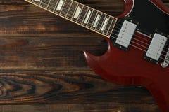 Mooie zes - koord elektrische gitaar op houten achtergrond stock foto
