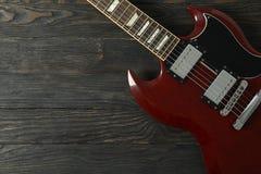 Mooie zes - koord elektrische gitaar op houten achtergrond royalty-vrije stock fotografie