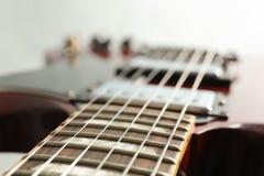 Mooie zes - koord elektrische gitaar op witte achtergrond stock afbeelding