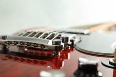 Mooie zes - koord elektrische gitaar op witte achtergrond royalty-vrije stock fotografie