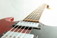Mooie zes - koord elektrische gitaar op witte achtergrond royalty-vrije stock foto's