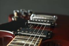 Mooie zes - koord elektrische gitaar tegen donkere achtergrond stock foto