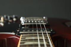 Mooie zes - koord elektrische gitaar tegen donkere achtergrond royalty-vrije stock foto's