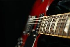 Mooie zes - koord elektrische gitaar tegen donkere achtergrond stock foto's