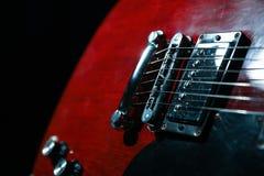 Mooie zes - koord elektrische gitaar tegen donkere achtergrond royalty-vrije stock foto