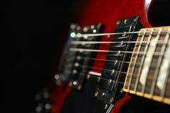 Mooie zes - koord elektrische gitaar tegen donkere achtergrond royalty-vrije stock fotografie