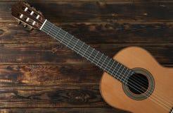 Mooie zes - koord klassieke gitaar op houten achtergrond stock foto