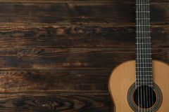 Mooie zes - koord klassieke gitaar op houten achtergrond royalty-vrije stock afbeelding