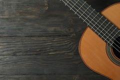 Mooie zes - koord klassieke gitaar op houten achtergrond stock afbeelding