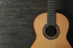 Mooie zes - koord klassieke gitaar op houten achtergrond stock afbeeldingen
