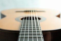Mooie zes - koord klassieke gitaar op witte achtergrond stock afbeeldingen