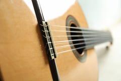 Mooie zes - koord klassieke gitaar op witte achtergrond royalty-vrije stock afbeeldingen