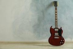 Mooie zes - koord klassieke gitaar tegen lichte achtergrond royalty-vrije stock foto's