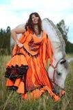 Mooie zigeunerdanser met een paard Stock Afbeeldingen