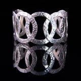 Mooie zilveren armband op zwarte achtergrond Royalty-vrije Stock Afbeeldingen
