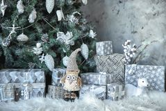Mooie zilveren en gouden dozen met giften onder de Kerstboom Nieuwe jaar en van Kerstmis vakantie royalty-vrije stock foto