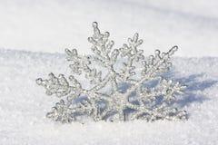 Mooie zilveren sneeuwvlok in sneeuw Stock Afbeelding