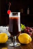 Mooie zoete cocktail met bessen en ijs Royalty-vrije Stock Afbeelding