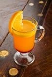 Mooie zoete cocktail met oranje aardbeimunt en ijs Royalty-vrije Stock Foto's