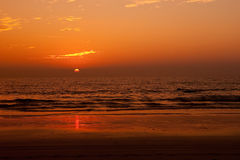 Mooie Zon die over een tropische overzees plaatst Royalty-vrije Stock Foto