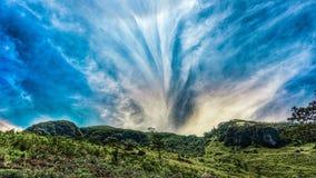 Mooie zonneschijn over de bergen stock foto's