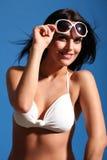 Mooie zonneschijnglimlach door gelukkige vrouw in bikini Stock Fotografie