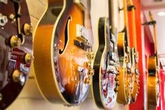 Mooie zonnestraal elektrische gitaar in de winkel stock fotografie