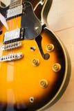 Mooie zonnestraal elektrische gitaar in de winkel stock afbeelding