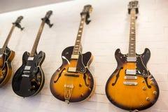 Mooie zonnestraal elektrische gitaar in de winkel royalty-vrije stock foto's