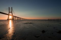 Mooie zonnestralen in Vasco de Gama Bridge in Lissabon Ponte Vasco de Gama, Lissabon, Portugal stock foto